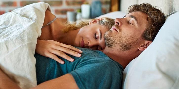 Coppia che dorme beatamente dopo aver capito come smettere di russare