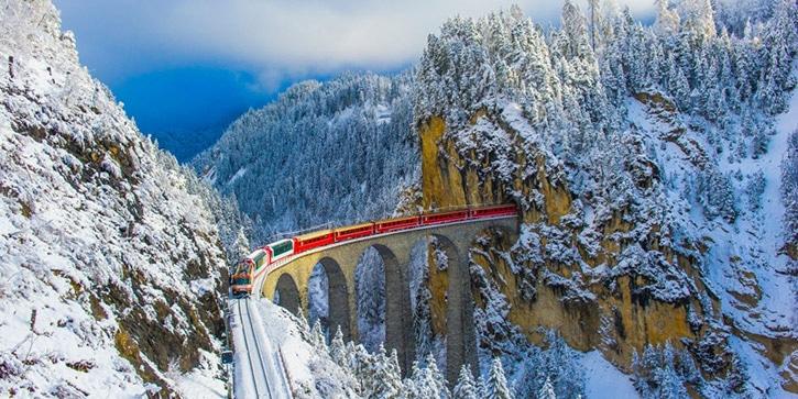 Treno su ponte al circolo polare Artico